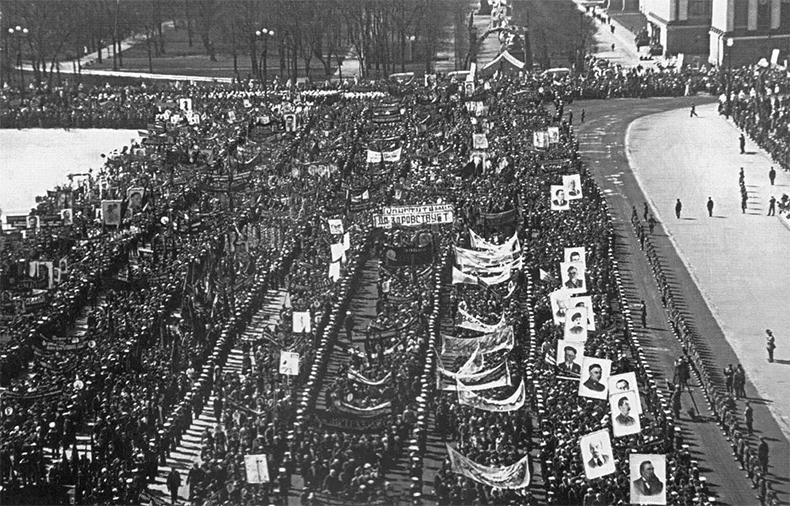 Первомайская демонстрация на пл. Урицкого в 1937 году