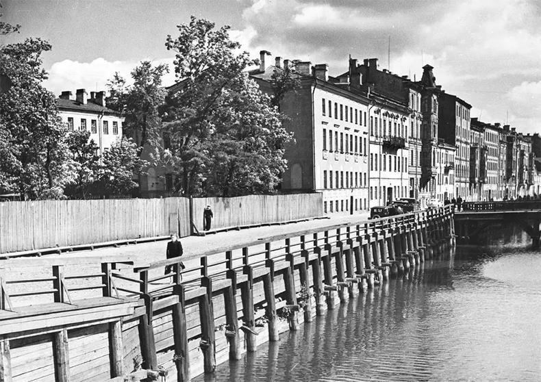 Деревянная набережная канала Круштейна, впереди виден деревянный 2-й мост Круштейна