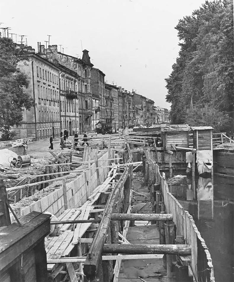 Строительство гранитной набережной канала Круштейна и, вероятно, нового моста. Конец 1950-х годов