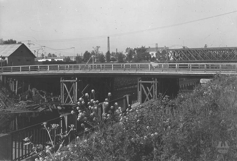 Деревянный Атаманский мост на старом месте, в створе Атаманской улицы; на заднем плане – один из Американских железнодорожных мостов, фото 1950-х годов