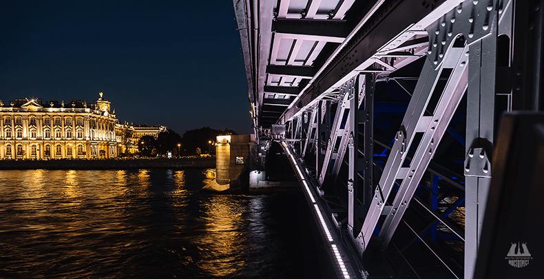 На неразводных частях Дворцового моста сохранились заклепки еще с царских времен