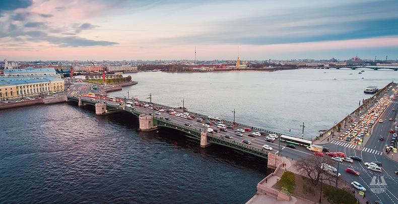 Через Дворцовый мост в среднем проходит более четырех тысяч автомобилей в сутки