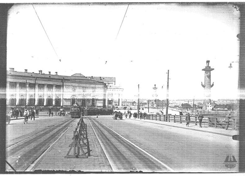 Дворцовый (Республиканский) мост в первые годы его существования
