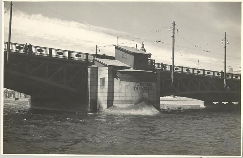 Вплоть до 78 года некоторые элементы конструкций Дворцового моста оставались деревянными
