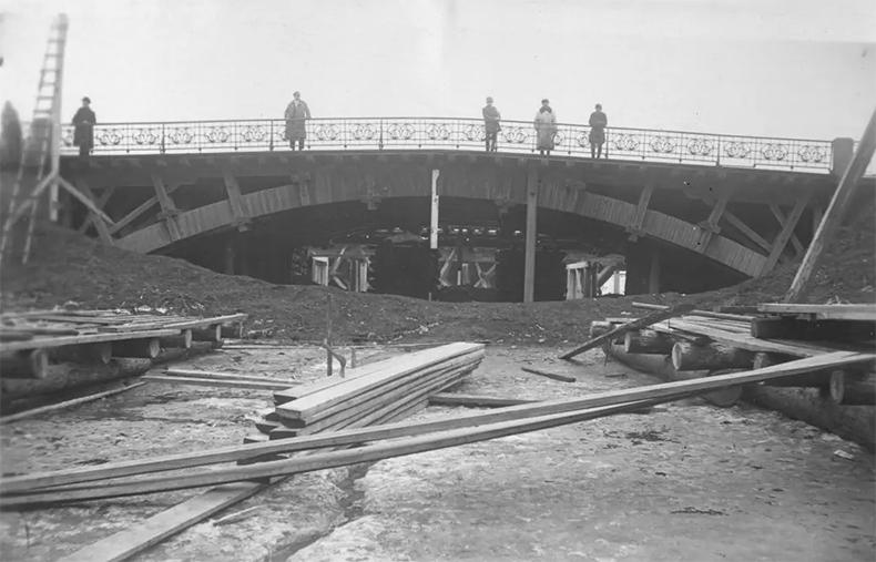 Монастырский мост укрепляют деревянными брусьями