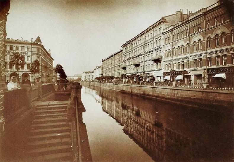 Вид на Екатерининский канал в 1913-1914 годах. Мучного моста еще нет, вдали – Каменный мост