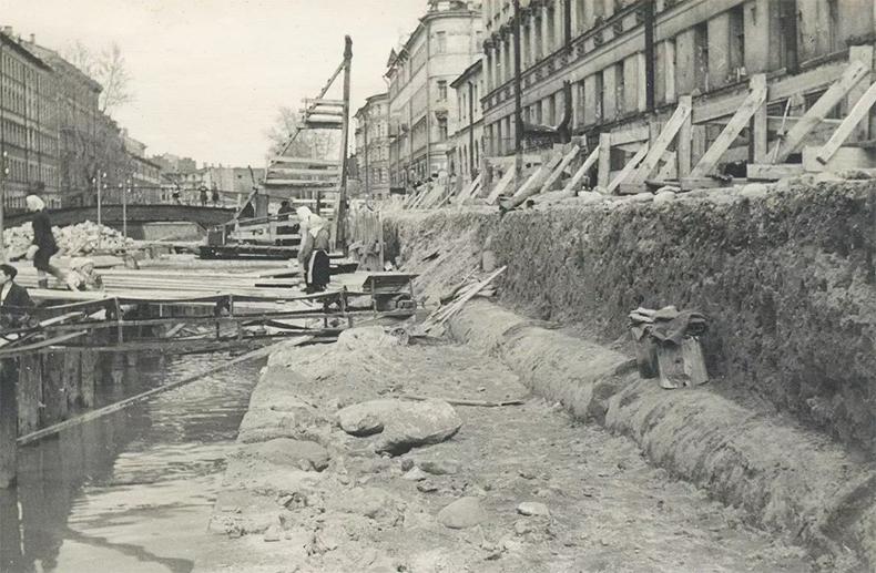 Набережная канала Грибоедова и Мучной мост в конце 1940-х годов