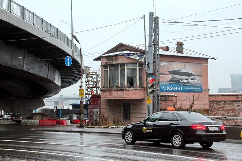 Бывший пост бывшего железнодорожного переезда (розовое здание на переднем плане)