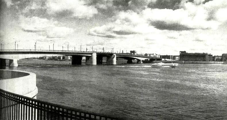 Вид на Александра Невского, 1966 год. Видна часть перил моста Обуховской Обороны