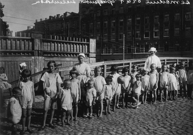 Уральский мост в 1920-х годах до прокладки трамвайной линии — перила деревянные, дорожное покрытие булыжное