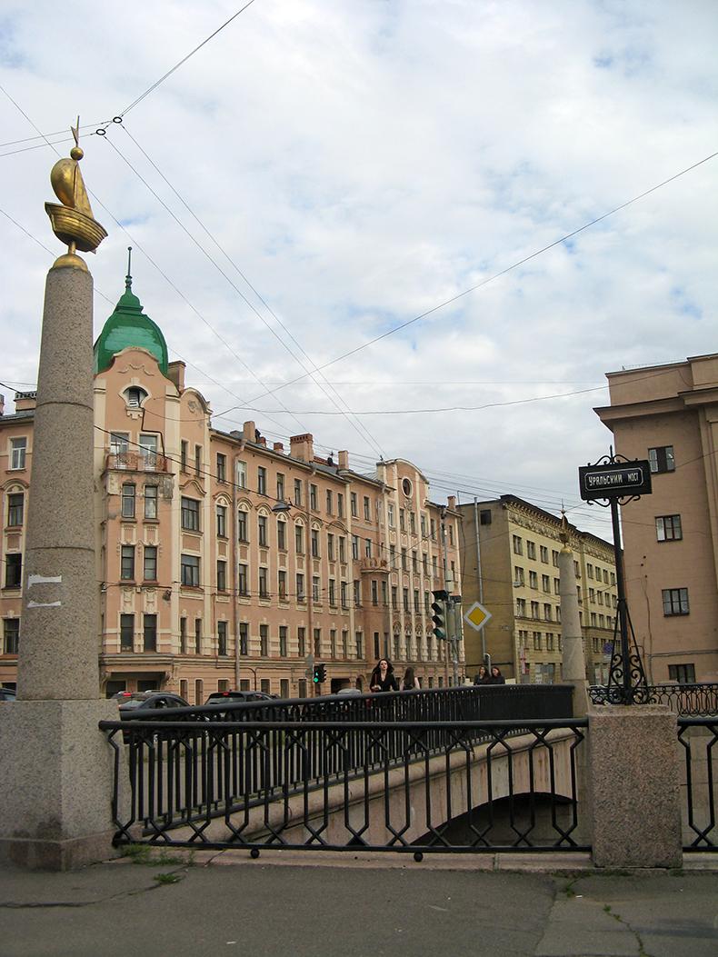 Обелиски с корабликами на Уральском мосту