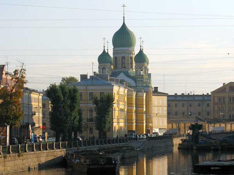 Вид на Свято-Исидоровскую церковь с Аларчина моста: http://palmernw.ru/isid/isid-012new.jpg
