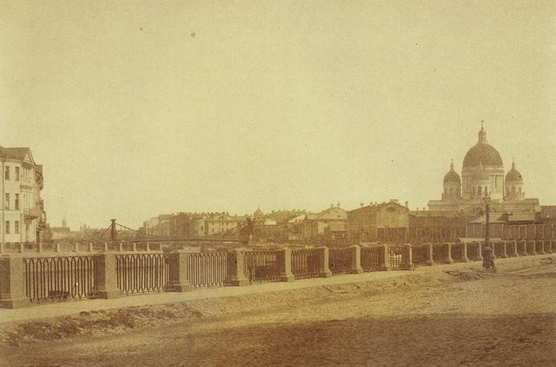 Середина XIX века, задолго до постройки Английского моста. Впереди — Египетский цепной мост