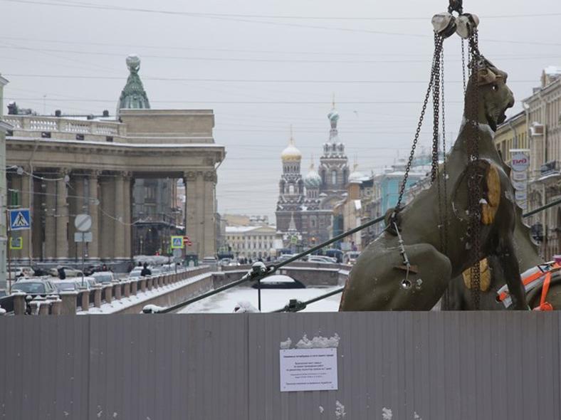 Демонтаж грифонов. 16 января 2017 года (фото из газеты «Деловой Петербург»)