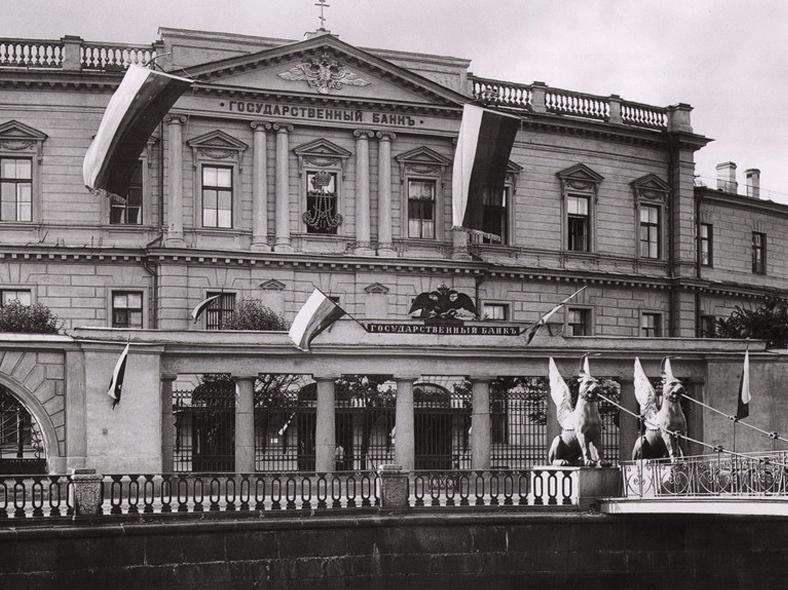 1900 год, решетка Ассигнационного банка и новые перила Банковского моста: https://pastvu.com/p/198164