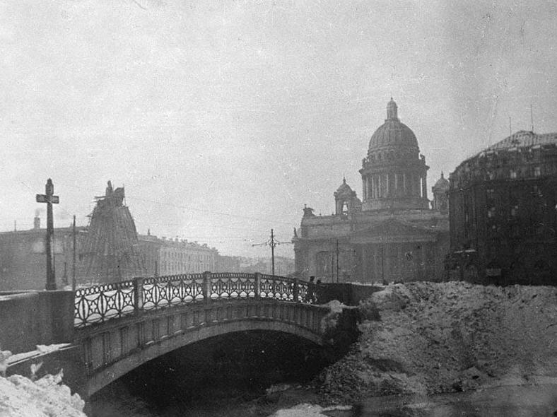 Синий мост в годы блокады: https://pastvu.com/p/118922