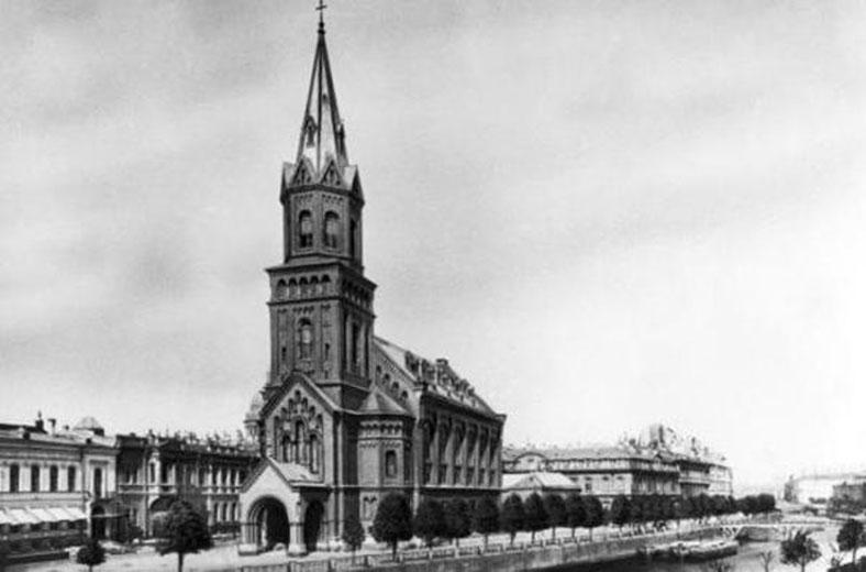 Набережная реки Мойки в 1906–1910 годах, на заднем плане — деревянный Фонарный мост, впереди — Немецкая реформатская церковь