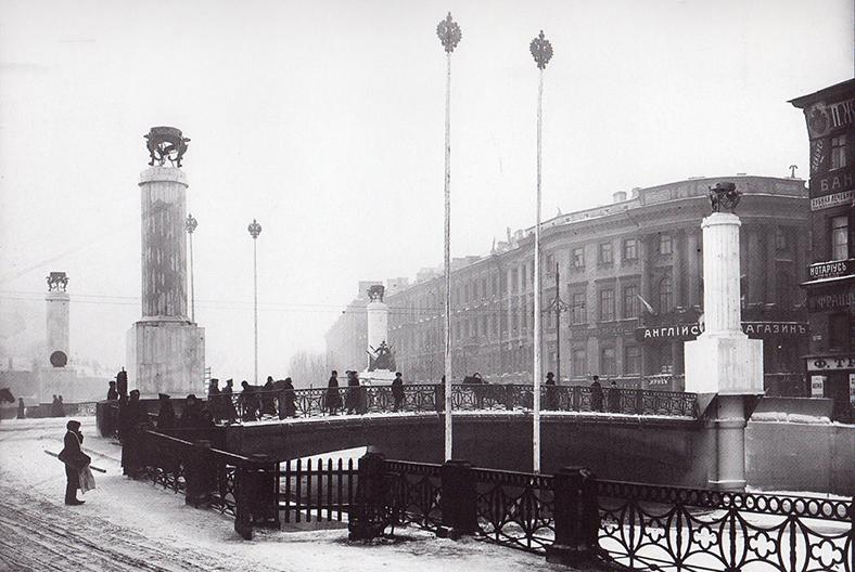 Полицейский мост, украшенный к 300-летию дома Романовых