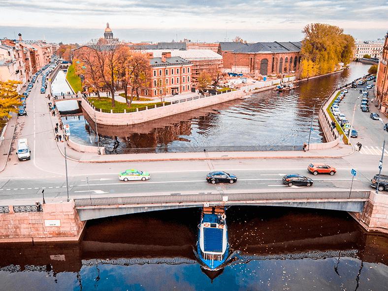 Вид на Храповицкий мост, дворец Бобринских (слева) и Новую Голландию