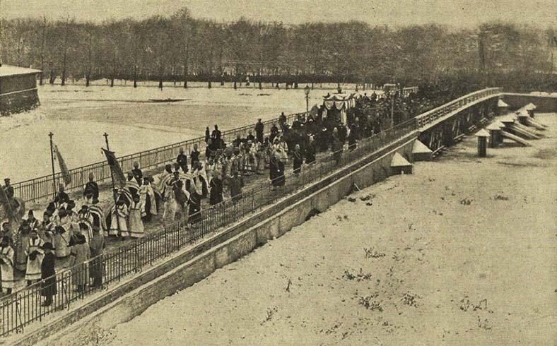 Крестный ход на Иоанновском мосту, 1908 год (фото К. Буллы)
