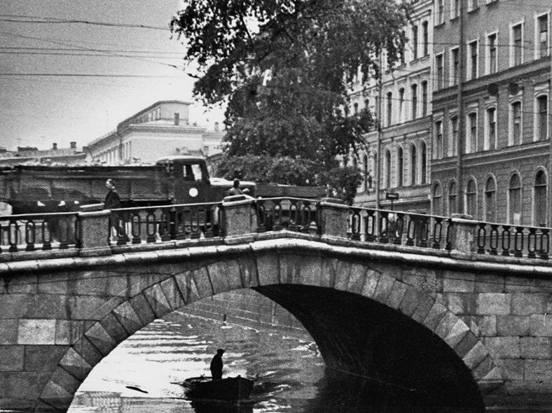 Каменный мост в 1950-е годы: https://pastvu.com/p/335842