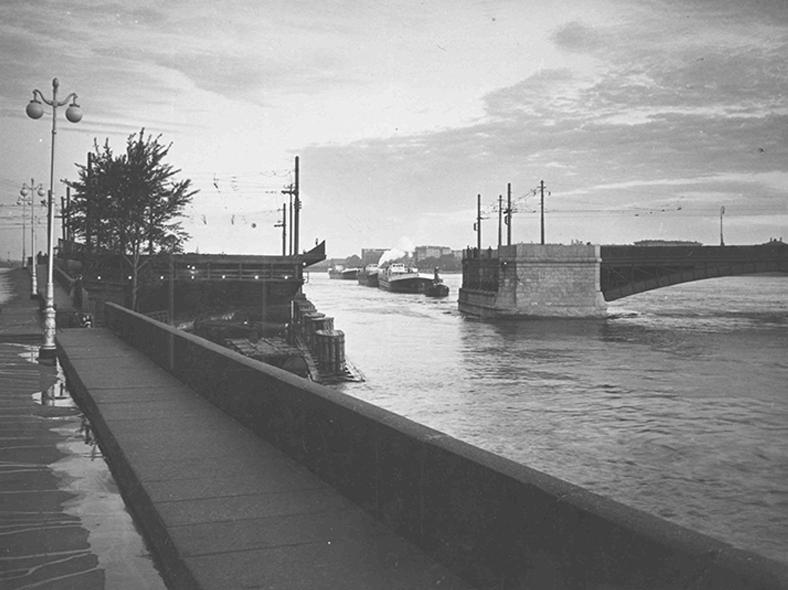Проход судна через поворотный разводной пролёт старого Литейного моста