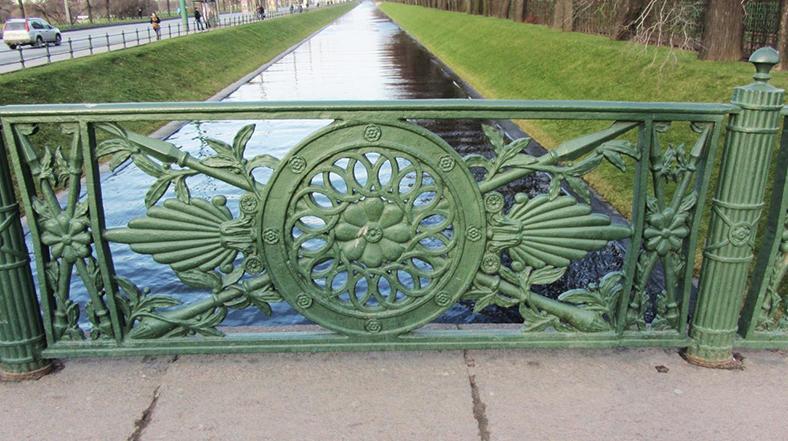 Ограда и тротуар моста