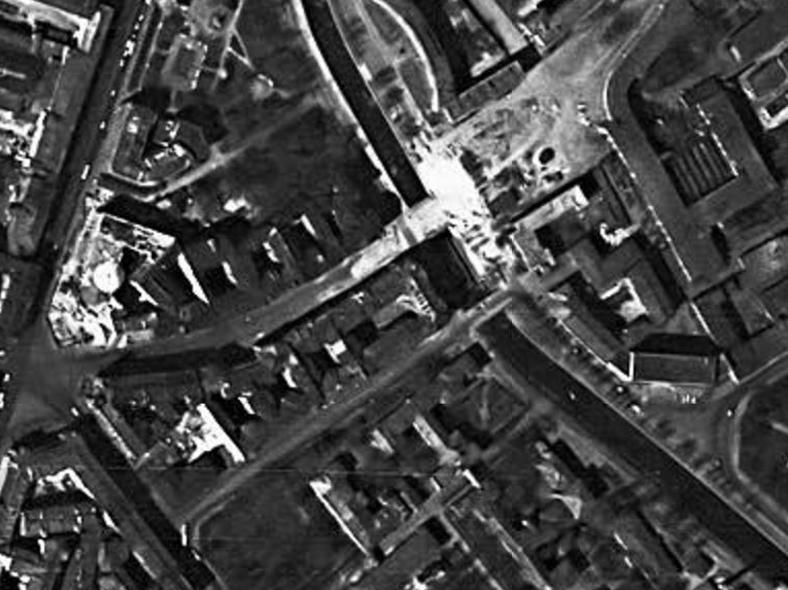1966 год, на снимке со спутника виден строящийся Петропавловский мост в створе Большого проспекта и рядом старый, в створе Петропавловской улицы. Источник: http://www.aroundspb.ru/