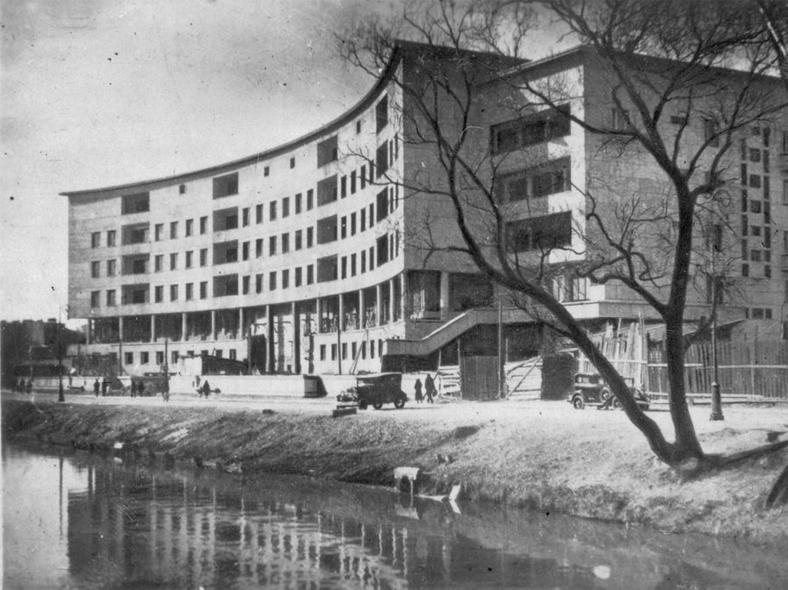 Начало 1930-х годов, только что построенный дом «Ленсовета». Справа — место, где сейчас расположен Петропавловский мост: https://pastvu.com/p/484945