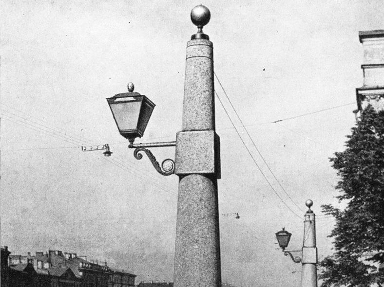 Фонари-обелиски на Александровском мосту: https://pastvu.com/_p/a/7/s/h/7shg59dpjcymdoigax.jpg