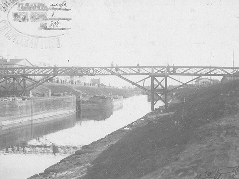 Деревянный пешеходный мост в 1901 году: https://pastvu.com/p/513094