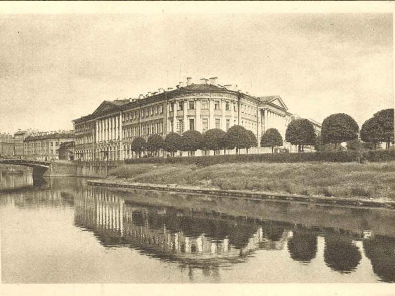 Панорама реки Мойки в конце 1920-х или начале 1930-х годов: http://oldsp.ru/old/photo/view/3690. На фото виден Малый Конюшенный мост, а выше по течению переправы нет.