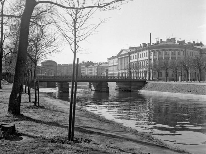 1964 год, мост до реконструкции, но уже с чугунными перилами. Источник: https://pastvu.com/p/533202