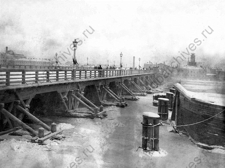 Временный мост в 1913 году, источник: https://spbarchives.ru/bridges_1_1