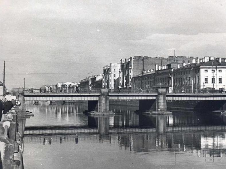 1948 год, мост до ремонта: http://oldsp.ru/