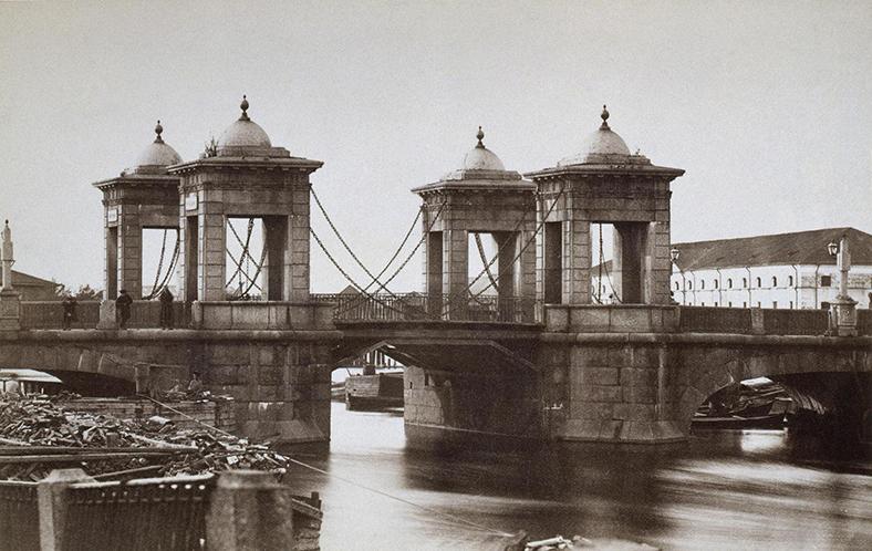На фотографии А.Э. Фелиша 1870-х годов можно разглядеть деревянный разводной пролет