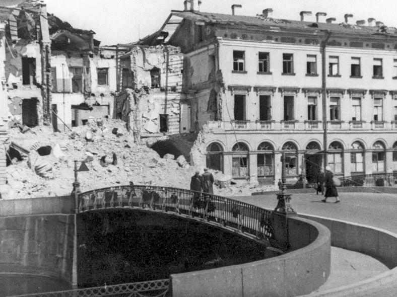 Мост в годы блокады, фото ТАСС. Источник:https://pastvu.com/_p/a/p/d/c/pdcc4re7fsx9c0csfw.jpg