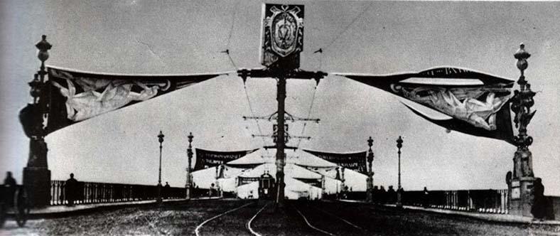 1918 год, мост Равенства празднично оформлен к 1-й годовщине Октябрьской революции