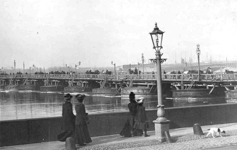 Временный мост (на заднем плане — почти достроенный постоянный)