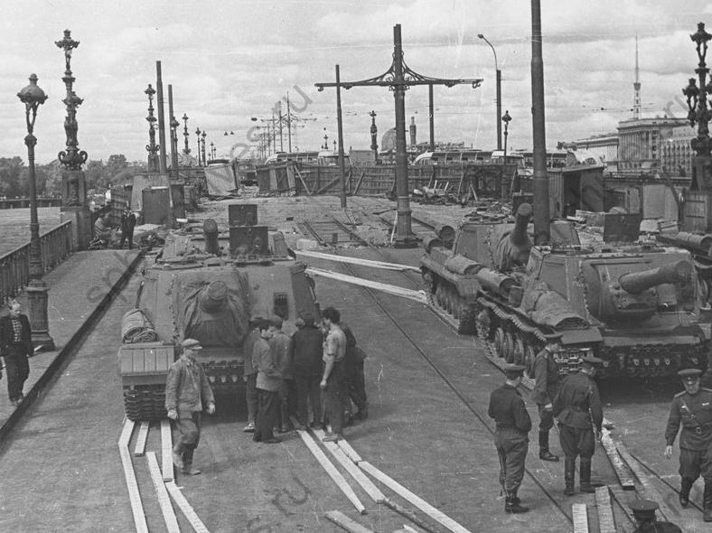 Танки на Кировском мосту для проверки прочности конструкций: https://spbarchives.ru/