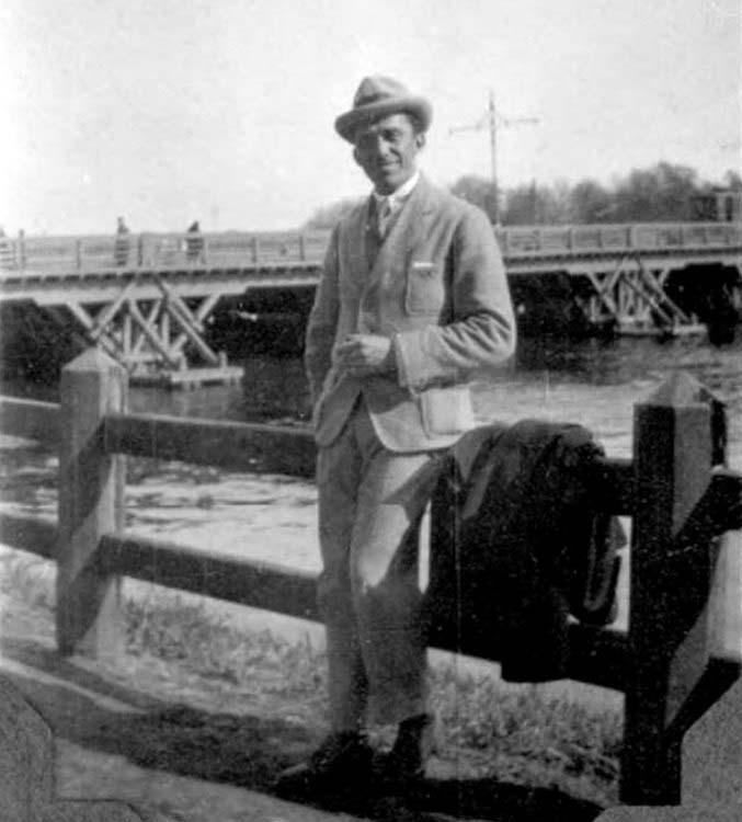 Строгановский мост в 1918 году, видна опора контактной сети