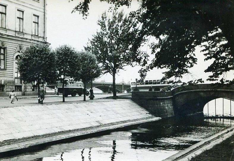 Верхний Лебяжий мост в 1957 году. Под мостом видна решетка, которая не позволяла лодкам выходить из Лебяжьей канавки в Неву.